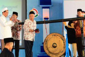 Ketua umum MPPDU, KH. Dimyathi Romly didampingi anggota majelis dan Kepala sekolah